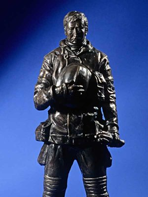 Bronze-Firemen-Statue-entitled-Fallen-Hero1_600x800
